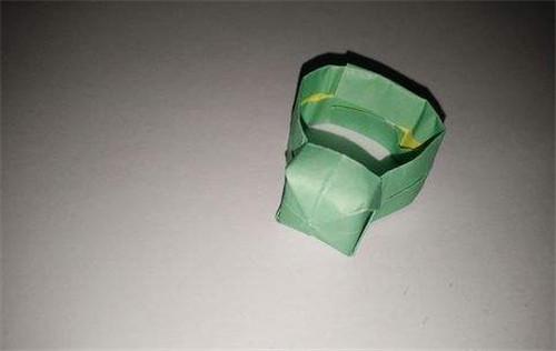 1,首先要找一张正方形的纸,然后将纸进行对折,在根据折痕裁开.