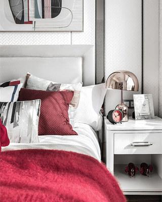 90平简约风格样板房床头柜图片