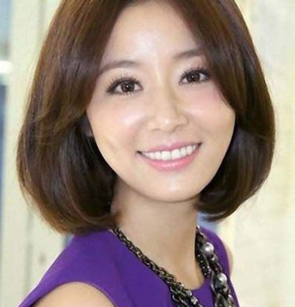 这款中分刘海发型很适合短发的圆脸新娘,但是一定要先把刘海留长