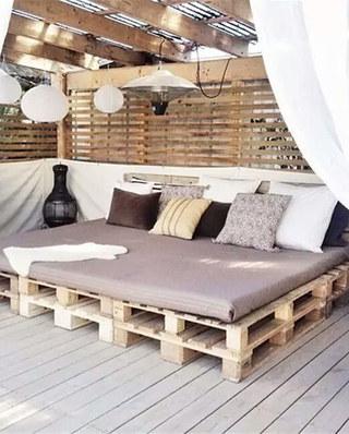 顶层阁楼卧室装修木板床