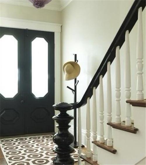 由于一进门就是楼梯,主人边选择了一张长形的地毯图片