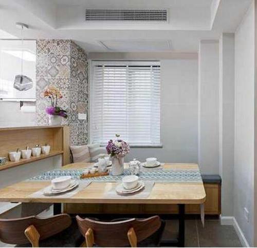 沿着墙布置了一排的柜子,成l型分布,这样可以提高烹饪间的利用效果.