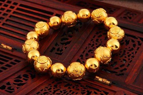 对于死板的黄金手镯来说,现在的美眉们更加青睐的是黄金手链款式了.图片