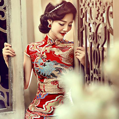 一, 婚礼旗袍图片欣赏: 1,大红色配以传统花纹的旗袍,有一种温婉贤淑