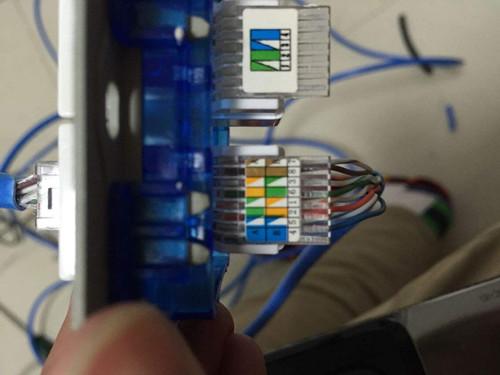 造成网线插座操作机构的磨损; 2,网线插座在接线时一定要让电工来操作