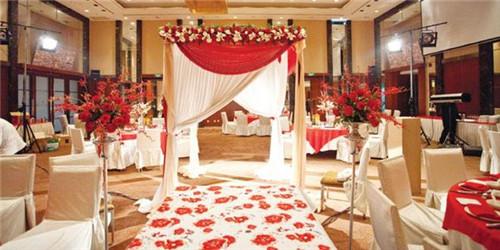 婚礼现场布置价格是多少 怎么布置婚礼更省钱