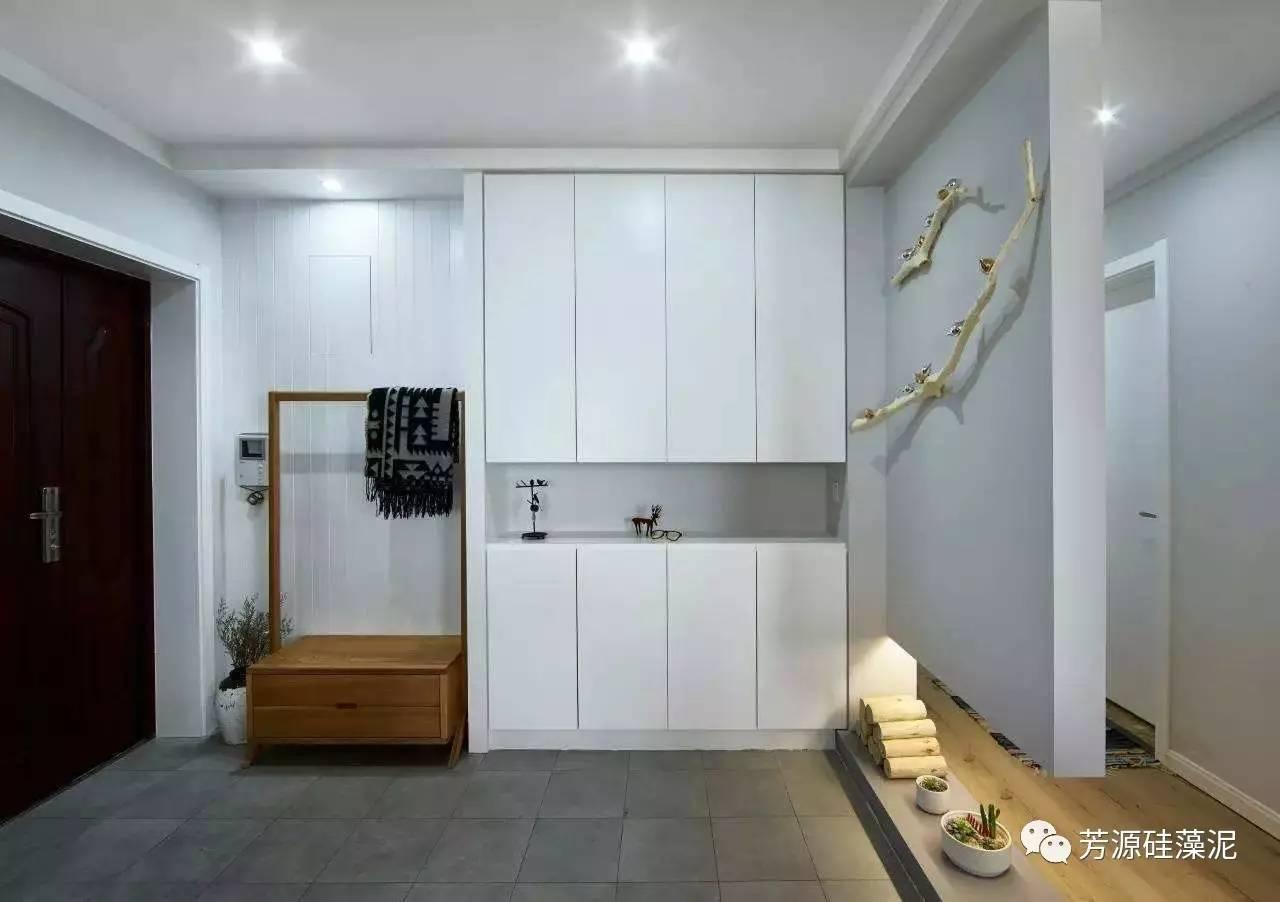 一、玄关地坪的装修设计 人们大都喜欢把玄关的地坪和客厅区分开来,自成一体。或用纹理美妙、光可鉴人的磨光大理石拼花,或用图案各异、镜面抛光的地砖拼花勾勒而成。在此,我们需把握三大原则:易保洁、耐用、美观。  二、玄关顶棚的装修设计 玄关的空间往往比较局促,容易产生压抑感。但通过局部的吊顶配合,往往能改变玄关空间的比例和尺度。而且在设计师的巧妙构思下,玄关吊顶往往成为极具表现力的室内一景。它可以是自由流畅的曲线;也可以是层次分明、凹凸变化的几何体;也可以是大胆露骨的木龙骨,上面悬挂点点绿意。这里 我们需要把握