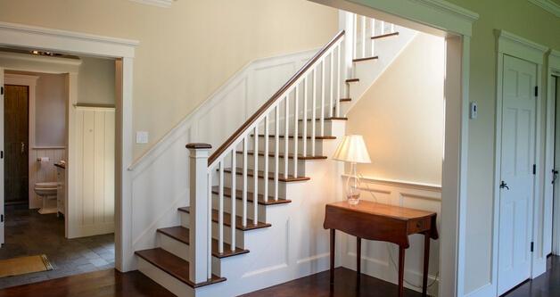 随着小复式设计房型的出现,受到了很多人的追捧喜爱。小复式设计装修也是大家给出重视关注的点,今天小编要说的是小复式设计装修中楼梯和注意事项,来看看大家都是如何对小复式设计装修的。  楼梯护栏的的安全性 在复式楼中,楼梯是作为连接楼层的通道。所以在小复式楼梯装修的时候需要注意的是用材,细致材料恰当组合使用与整个居室的风格相搭配。楼梯装修中扶手设计最为关键它关系到整个楼梯的美观是否与整个居室的风格一致。  楼梯的可拆卸性 很多人都在想,复式楼的楼梯是否可以做成可拆卸的楼梯。在做这种可以拆卸的楼梯需要考虑到客户在