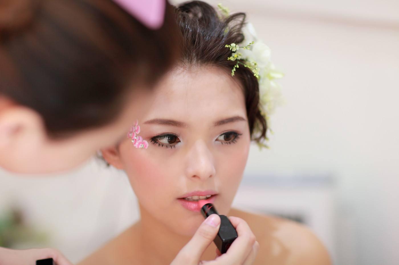 新娘鲜花造型1、发髻式 这种鲜花发髻式的新娘造型,给人予典雅及古典的感觉,比较适宜为一些温柔型、小家碧玉型的新娘打造。只要先将头发稍稍烫个卷,然后将烫过的头发向外翻卷做成月牙形的凹槽发型,再在里面插入鲜花即可。新娘这样打造整体既简单大方,又不失优雅的气质。