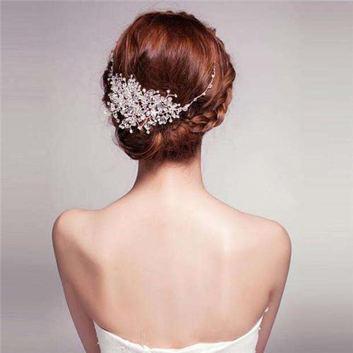 新娘发型图片大全韩式风格二: 如果新娘是一个活泼可爱、个性俏皮的人,选择侧边盘发是很不错的呢。在小个性中有透着温柔。看了新娘发型图片大全韩式风格,是不是想试一试呢?首先用卷发棒把头发弄卷,这样头发更加的蓬松有弧度哦,然后在额头上方选择一股头发往下面编发,直到盘发的地方,另一侧也是这样,然后固定住。其实这样就可以作为日常发型出门啦,不过想让大家对新娘的印象更好,将它盘起来更显温柔哦。再用一股发链修饰,更加漂亮了呢。 新娘发型图片大全韩式风格三: 如果新娘想让自己更加独特,那么选择大蜈蚣辫盘发是很不错的选择