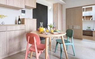 60平小户型装修木质餐桌图片