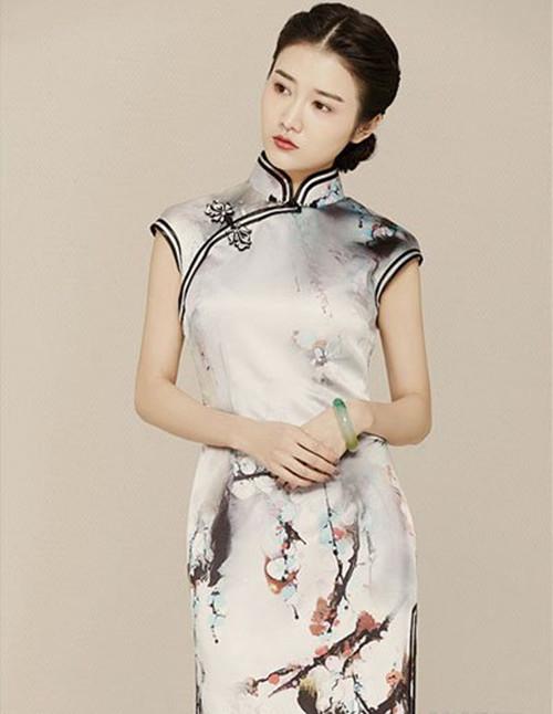 新娘穿旗袍的时候,最适合佩戴的饰品就是耳饰,尤其是带有垂感的耳饰