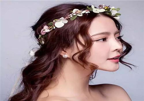 而现在大多数新娘都是长发,所以新娘妆发型以盘发的居多,款式也更容易图片