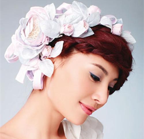 与婚纱的花纹相呼应,对于喜欢古典发型的新娘来说在适合不过了,还能
