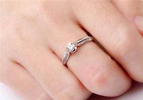 戒指带右手中指有什么含义 不同手指戴戒指的寓意图片
