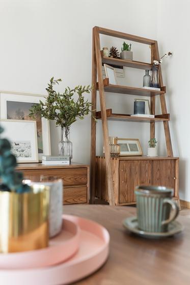 现代原木风三居室装修收纳柜