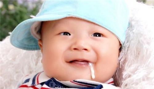 宝宝老吐奶怎么办 宝宝吐奶后还能再喂吗_母婴