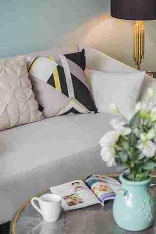 温润如玉的三居室装修客厅布艺沙发
