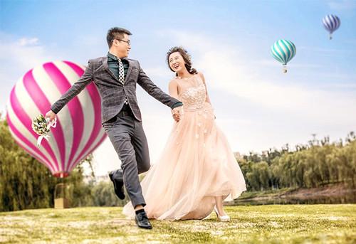 3,韩式淑女 4,可爱情侣装 情侣装形式的婚纱照是大部分新人都很容易