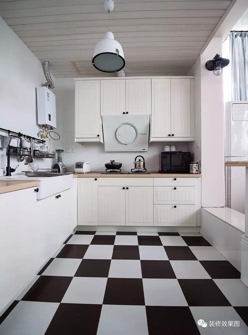 在厨房安装橱柜时,可以将封闭式橱柜与开放式橱柜相结合,既方便来回拿