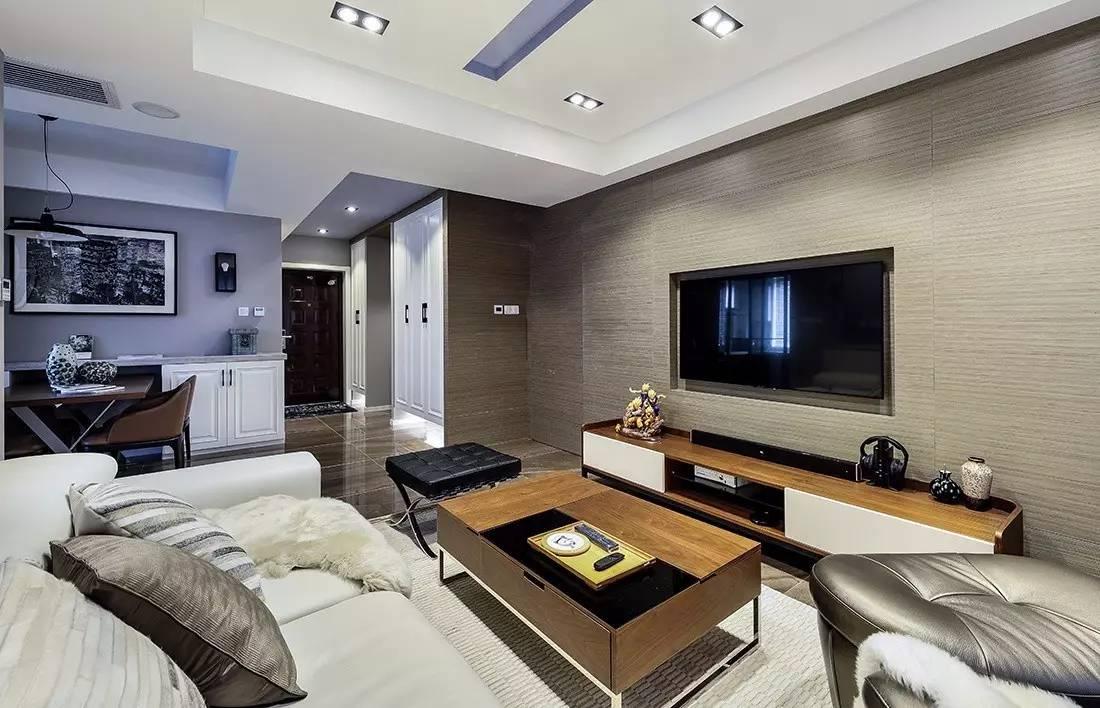 内嵌式的电视机,将电视线,插座等隐藏了起来,使整个客厅看起来更加