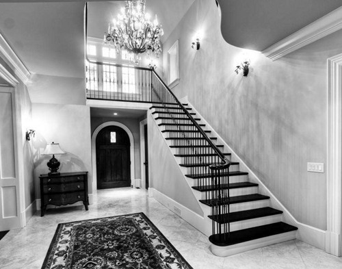 还营造出独特的线条感和轻盈质感,楼梯采用木棍式扶手和铁梯架衬托,使