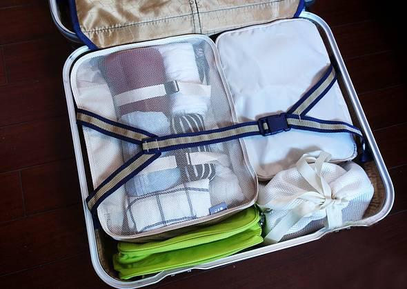 行李如何收纳? 小袋装大袋,大袋装箱子?无论你行程结束时行李箱乱成什么样子,在行前收拾中依旧不能不讲究实用性和合理利用空间。下面就会为大家介绍5招超实用的行李收纳技巧! 1.列好旅行清单:这是你做好旅行收纳的前提,一定不要觉得无关紧要! 用不上的东西绝对不带(学会取舍,比如去海边就别再带什么防蚊液这些当地可买到的); 学会分类分类在分类(你会清楚了解到是否有生活必需品忘记携带); 了解你行李箱的容纳能力(比如有购物需求就提前好到大箱子) 2.