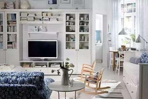 客厅的装饰还是比较简单的,白色的墙面白色的地板。在这样的环境下创意更能发挥到极致了,沙发区是客厅风格重点打造的地方,黑色和白色沙发的组合可以塑造出一个摩登的角落。废弃的球状物品随意搭配,却也是一个别样的风景。墙面上的骷髅头装饰画给为客厅添加了几分魔幻色彩。 以上就是给大家带来的小户型客厅装修效果图,看了上面的介绍有没有喜欢的类型呢?