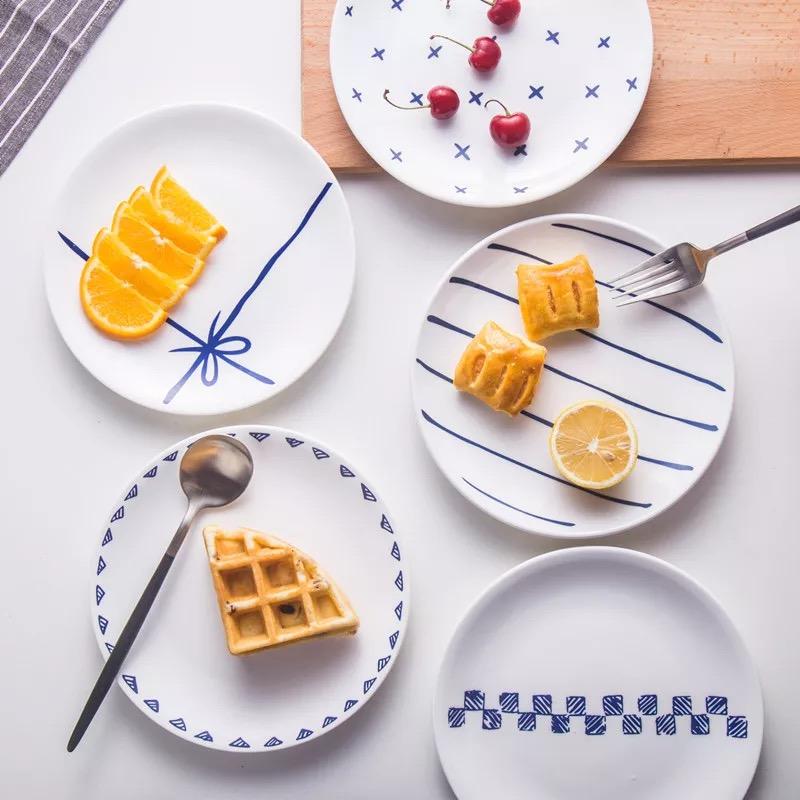 平时上班 早上匆匆忙忙出门 沿路随便买个早餐 难得周末 睡到忘我 又直接跳过了早餐 算算你自己有多久 没有好好吃个早餐了呢  长方形是比较少用的盘子形状 用作早餐盘却显得格外亮眼 几卷面条 三两寿司 用长方形盘绝对美到哭  圆形盘是最常见的盘子了 这种北欧风格的西餐盘 用蓝色装饰一桌的清新自然 感觉食物都变得特别健康美味  分格餐盘将功能划分 好可爱的一整套粉粉的餐具 用这个餐具的你也一定是个可爱的人  花纹金属边的圆餐盘 显得高档贵气 你看起来很有钱  网红单品火烈鸟餐盘 马卡隆和火烈鸟简直少女