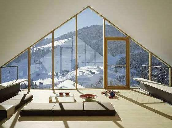 这款屋脊造型的窗户是根据落地窗结合屋顶形状而来的设计,看雪景超棒图片