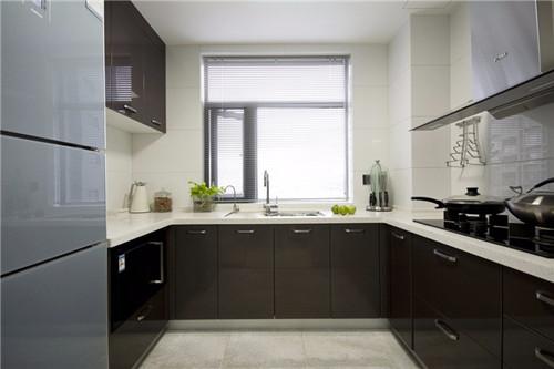 如图所示,这是一款再简单不过的u型厨房装修,跟平常家庭一样,少不了