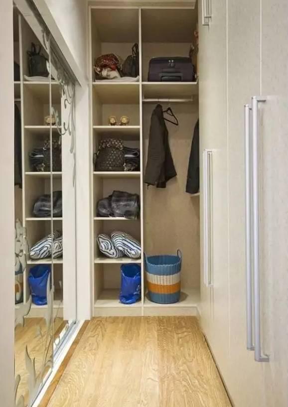衣帽间里,需要必备的就是隔板收纳,还有一面镜子,如果家里的卧室比较大,那就可以更加明确的分区。大衣、内衣,男士、女士,把不同的东西放在不同的分区了。户型空间小不打紧,半隔断式设计,在连接睡眠区与卫浴间的中间地域,留一个独立式衣橱,华丽优雅还能有效保护隐私。选择一个正方形的小空间,利用墙面打造一些隔板