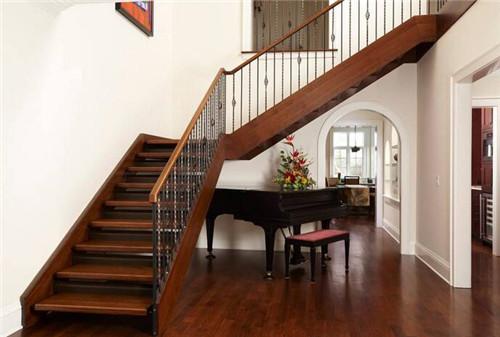 主人选用了深色实木来打造楼梯,楼梯的色彩和室内的木门,地板的颜色相图片