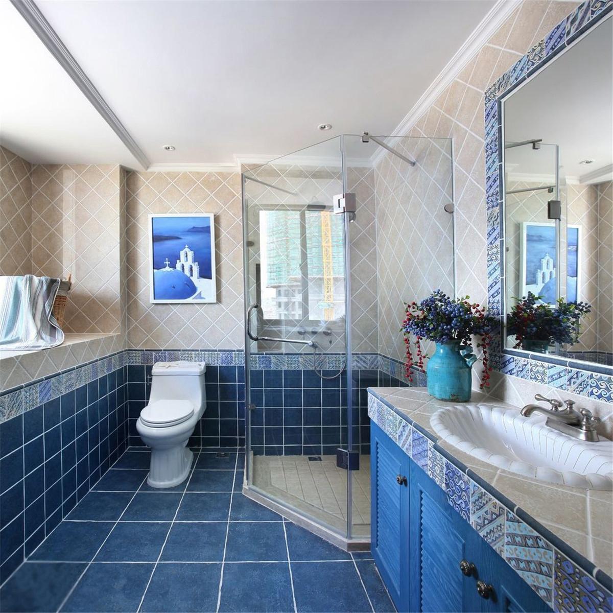 主人把洗手盆和坐便器安排在浴室的外面,单独做了一个淋浴房.