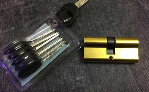 2.B级锁   B级锁钥匙属于平板钥匙,和A级锁不同的地方在于钥匙面多图片