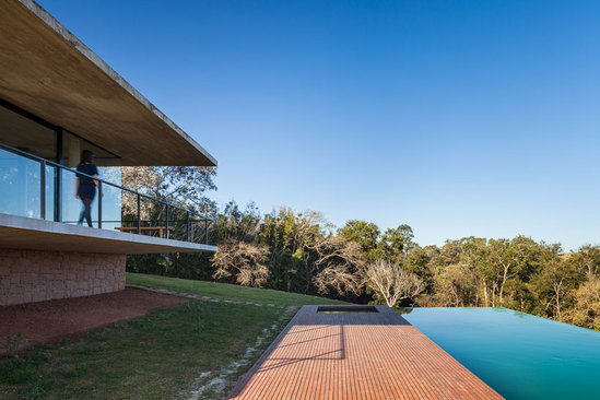 建在原始森林里的豪宅 玻璃落地大窗外美景尽收眼底