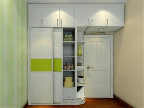 白色的室内门,搭配白色的罗马柱白色衣柜,搭配富丽堂皇的水晶灯,让图片
