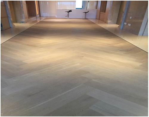 让地板和瓷砖巧妙的结合起来,不至于太生硬,让地面装饰效果大气美观.
