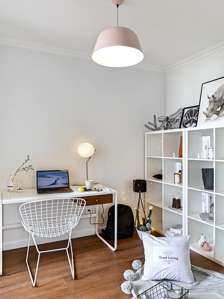 简约时尚的台灯,清新自然的绿植,这样ins范儿的书房可还喜欢?