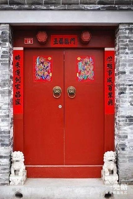 古时候帝王多使用黄色和红色,后来富贵人家府邸的大门也多漆成红色以