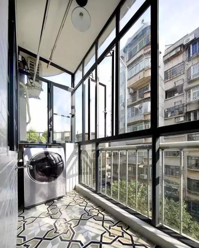 阳台用透明玻璃窗户做成可开放,封闭的空间,减少噪音和灰尘.