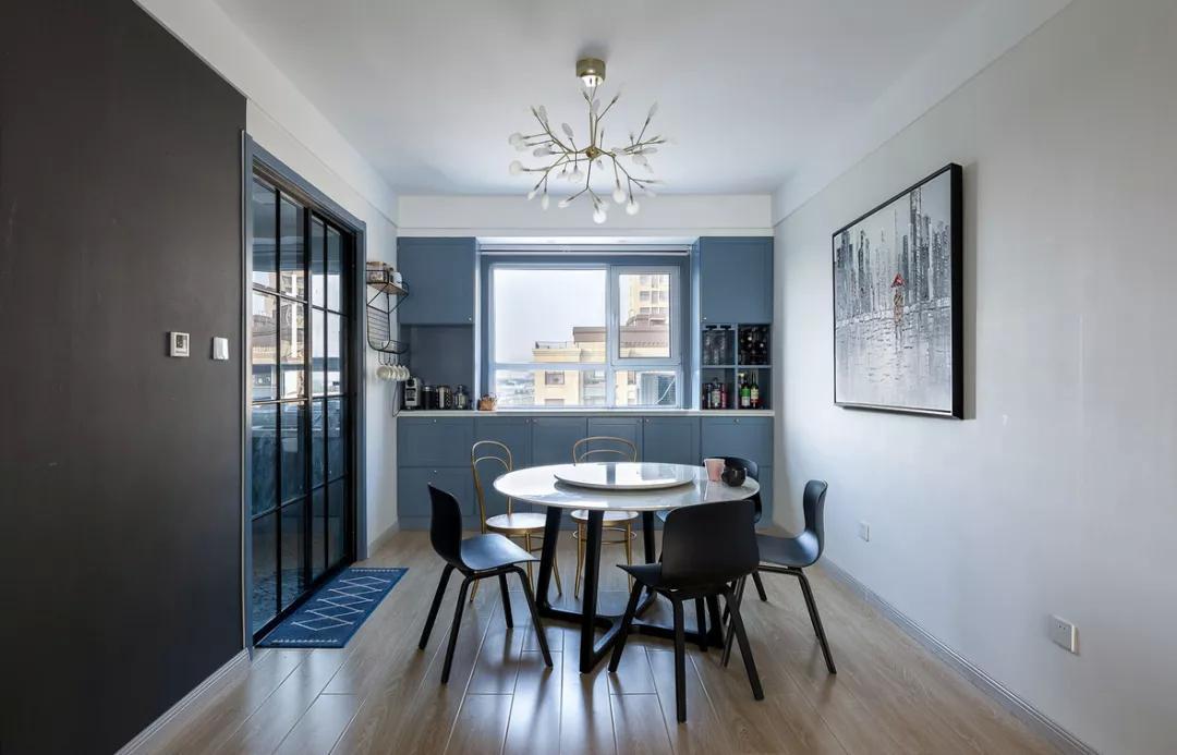 沿着窗台把窗户两侧与下方装成一体式蓝色餐边柜酒柜,无论是摆酒或图片