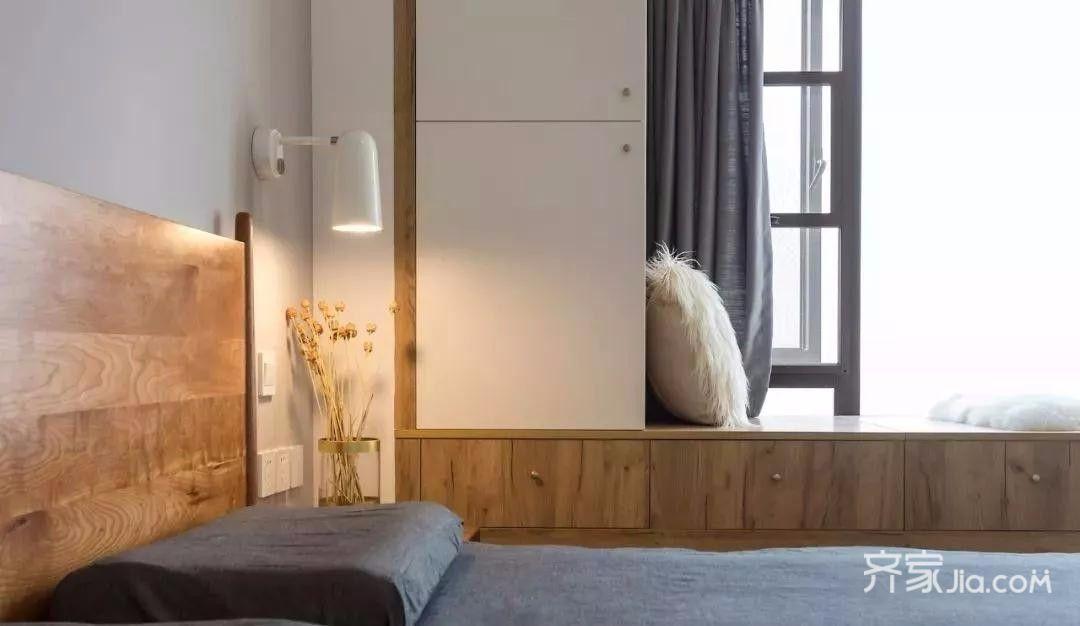 地面通铺木地板,灰色床背景对称点缀阅读壁灯,床侧大衣柜,木色肌理与