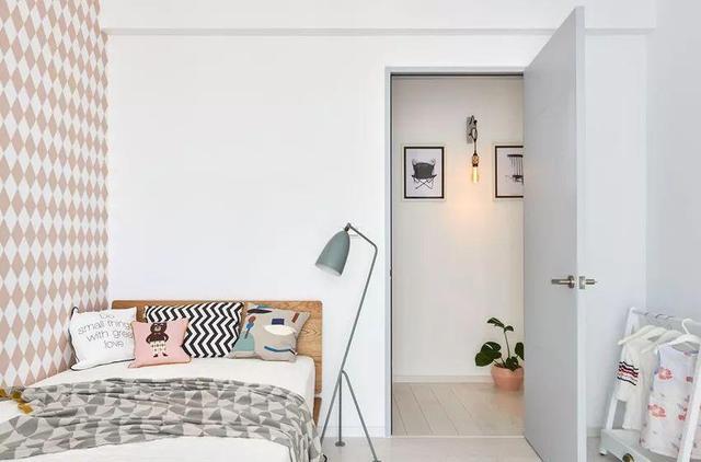 次卧是闺蜜宝宝的房间,色彩清新俏皮,墙壁的壁纸更添温馨.