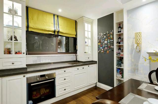 还值得一提的是靠近窗户的餐边柜,一阵配的设计也是美观大方,而且这边图片