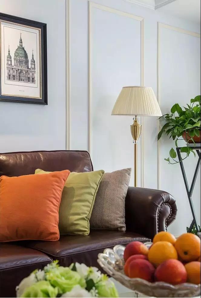 很清新的样子,而有质感的皮沙发,搭配上蓝色打底的蒲公英背景墙也吸引图片