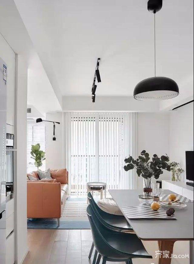 进门左手餐厨全景,开放式厨房设计,侧墙餐边高柜镶嵌电器以及冰箱.