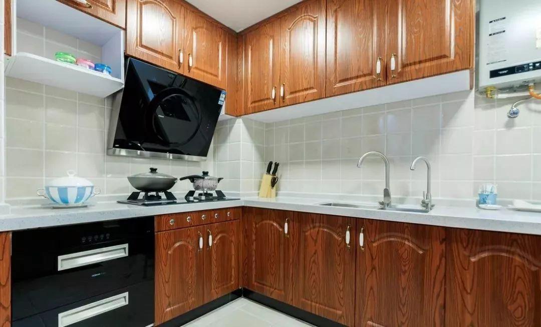 l型厨房布局,整体实木橱柜设计,厨房设计有很质感.