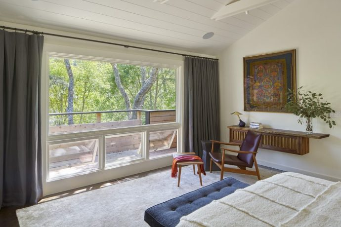 在卧室也同样设计了一个落地窗,搭配木质的阳台,显得非常清爽,望着图片