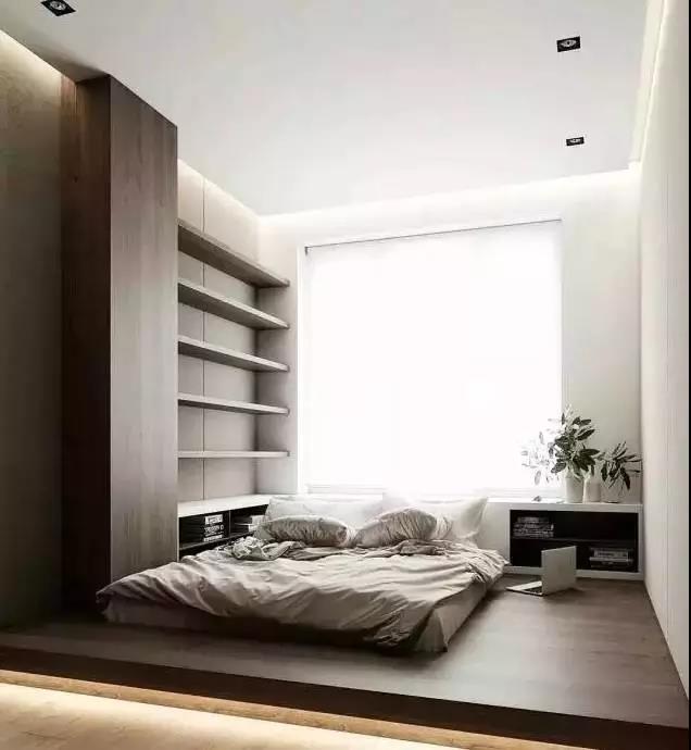 随着人们对简约舒适的家居环境的追求,日式榻榻米设计几乎成为一种流行趋势。或睡觉休憩,或喝茶看书,榻榻米因其功能繁多,样式多变的优点,深受广大年轻人的喜爱。如果你也想把生活变得更加艺术化,不妨尝试一下创意的榻榻米设计! 1.卧室榻榻米设计 在卧室中设计榻榻米,能给人带来一种轻松、休闲的生活氛围。增加的地台与大体量的床浑然一体,不仅节省了空间,还能提供更多的收纳功能。   受房型限制,有些卧室放置一张床后,其余活动空间就会变得十分尴尬,甚至留有不必要的畸零空间,使房间整体看上去非常零碎。 采用定制的榻榻米设